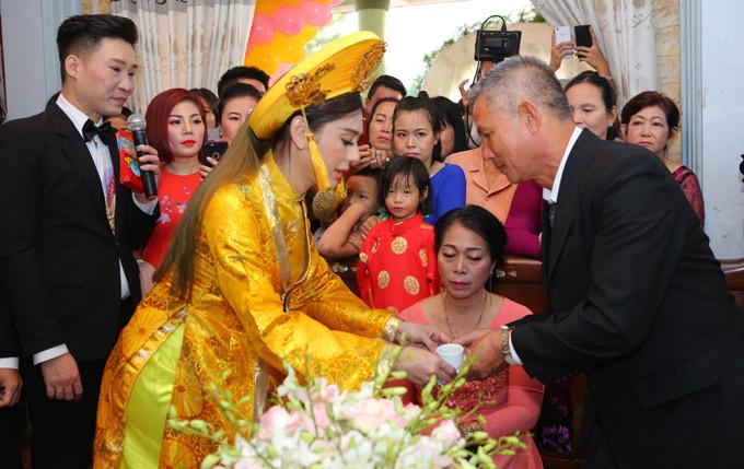 Lâm Khánh Chi mời rượu cảm ơn bố mẹ ruột và bố mẹ chồng trong ngày hôn lễ.