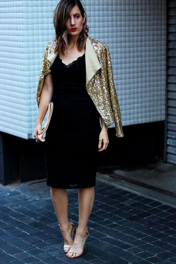 Ngoài chân váy, chất liệu vải mang đậm vẻ hào nhoáng và bóng bẩy còn được sử dụng để mang đến nhiều kiểu áo khoác đẹp mắt.