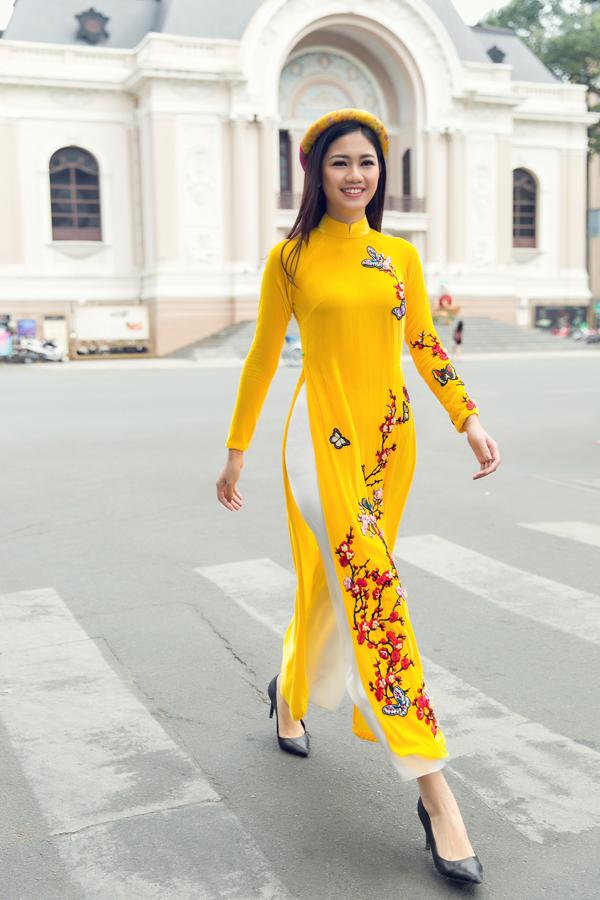 Họa tiết hoa mai, hoa đào tượng trưng cho lời chúc năm mới đủ đầy, ấm cúng được nhà thiết kế khéo léo nhấn nhá trên trang phục.