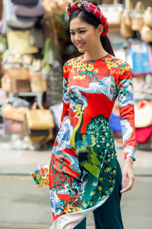 Nhà thiết kế Thủy Nguyễn chia sẻ, cô sử dụng kỹ thuật in trên nền gấm, lụa kết hợp thêu tay tỉ mỉ để tạo nên những sản phẩm chất lượng, đạt tính thẩm mỹ cao.