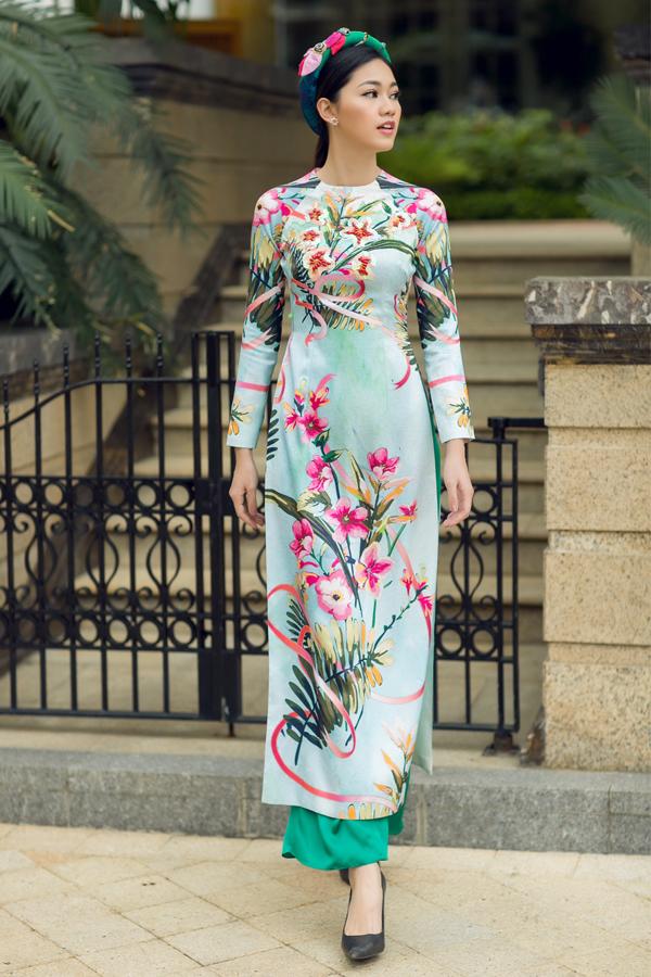Á hậu Thanh Tú tung tăng xuống phố với áo dài sắc màu - 4