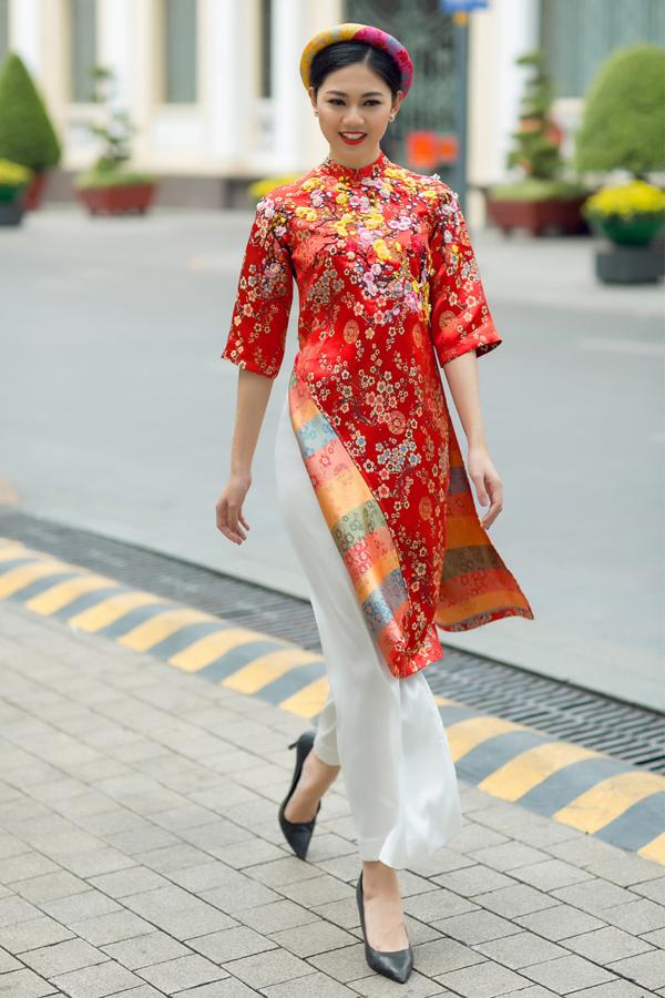 Áo dài cách tân hòa trộn nét truyền thống và hiện đại, phù hợp với những phụ nữ trẻ trung, năng động. Phom áo không quá bó để tạo cảm giác thoải mái khi vui chơi, di chuyển.