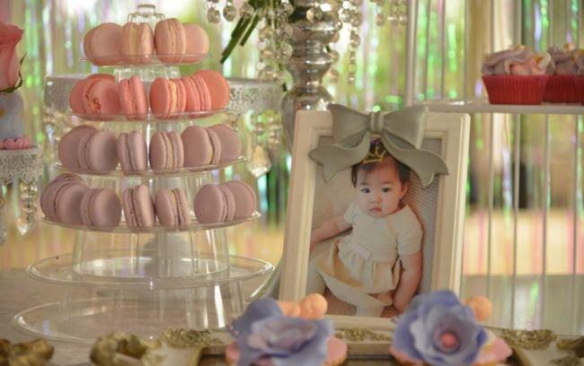 Những hình ảnh đẹp của bé Xing Xing được Tử Di lồng khung, trưng bày trong ngày sinh nhật.