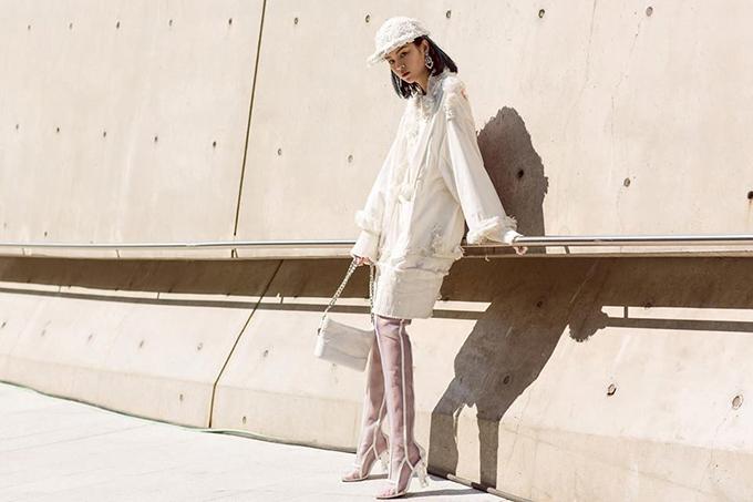 Các kiểu túi theo phong cách boho với phom dáng mini còn được các người đẹp mix-match cùng đồ dạo phố phá cách. Đơn của là hình ảnh ấn tượng của Phí Phương Anh trên đường phố Seoul.