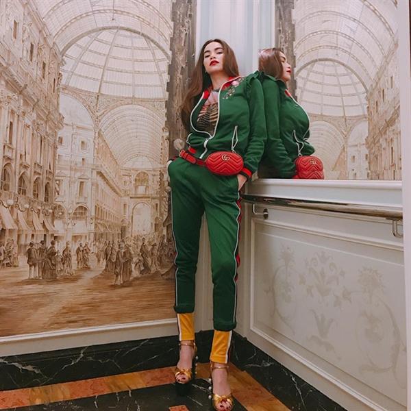 Mẫu túi đeo hông xinh xắn của Gucci được Hồ Ngọc Hà lăng - xê một cách nhiệt tình. Cô chọn túi nhiều tông màu để phối với trang phục có gam màu và hoạ tiết rực rỡ.