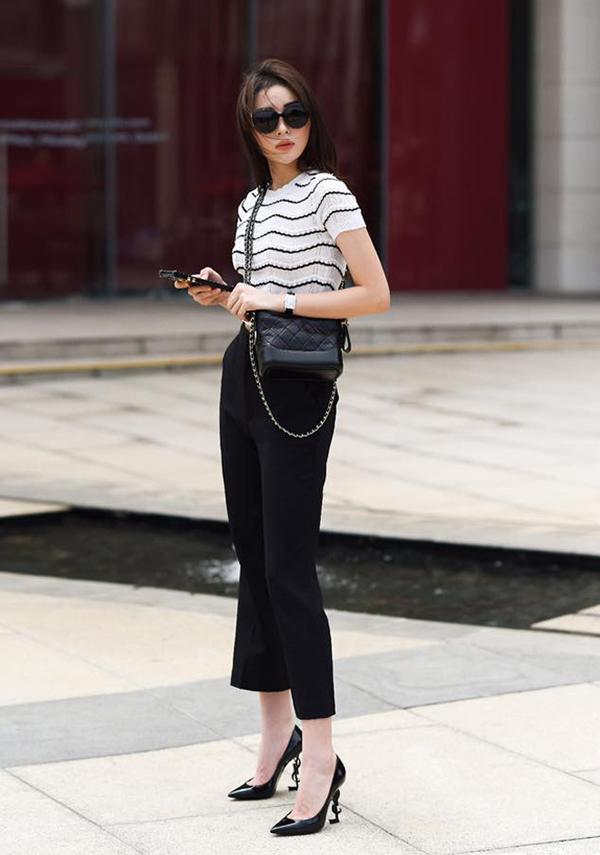Nổi tiếng với việc chịu chi cho các món hàng hiệu đắt tiền, Kỳ Duyên cũng không để mình nằm ngoài trào lưu sử dụng túi Chanel hot nhất mùa thời trang 2017.