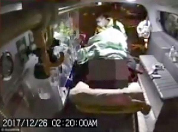 Wang được đưa lên xe cấp cứu.