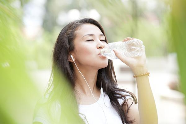 Uống đủ 2 lít nước mỗi ngày để giúp cung cấp độ ẩm cho da, thải độc, giúp cơ thể khoẻ mạnh hơn.