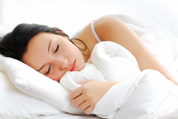 Ngủ ít nhất 6 - 8 tiếng mỗi ngày là điều vô cùng quan trọng để có một làn da khỏe đẹp. Giấc ngủ sẽ làm trẻ hóa làn da một cách tự nhiên và loại bỏ các lớp tế bào da chết, giúp cho làn da luôn sáng mịn mỗi ngày.