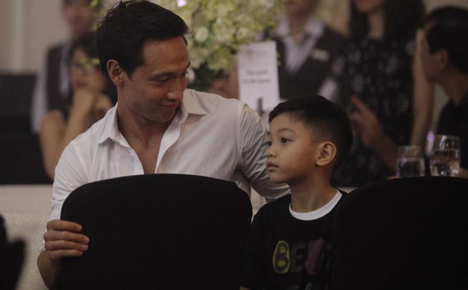 Trong khi nữ ca sĩ biểu diễn Kim Lý giúp cô chăm sóc con trai Subeo.