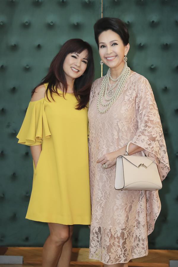 Cận kề tuổi 50 nhưng Hoa hậu Áo dài Việt Nam đầu tiên còn rất trẻ trung, xinh đẹp. Cô đọ nhan sắc không tuổi cùng Diễm My.