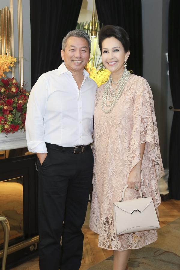Nữ hoàng ảnh lịch đi tiệc cùng ông xã đại gia Hà Tôn Đức. Cuộc sống viên mãn của Diễm My khiến nhiều người mơ ước.