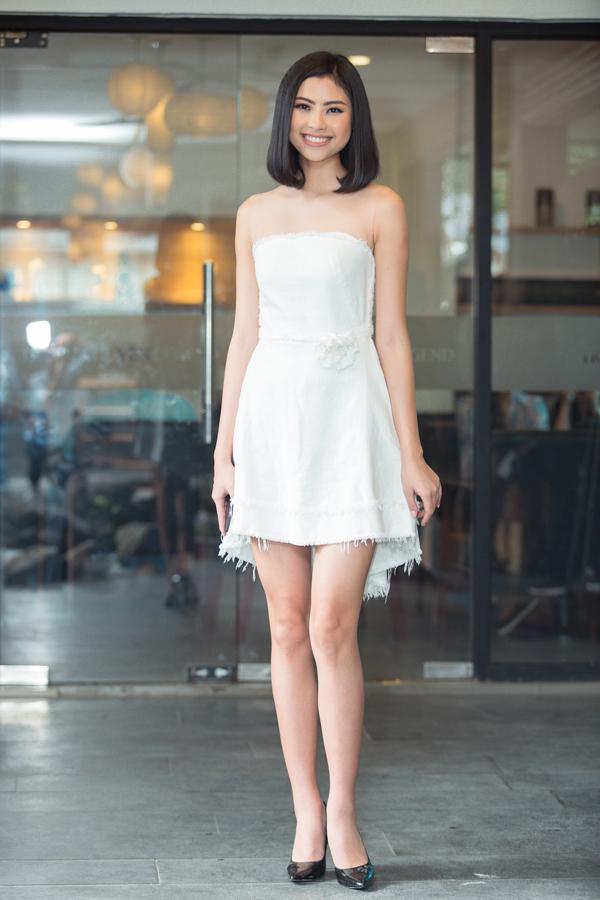 Chọn trang phục không phù hợp với vóc dáng khiến Đào Thị Hà có phần lép vế khi xuất hiện cùng các người đẹp Hoa hậu VN. Thêm vào đó chi tiết xé gấu váy khá thừa thãi và không ăn nhập với phần thân trên theo style thanh lịch.