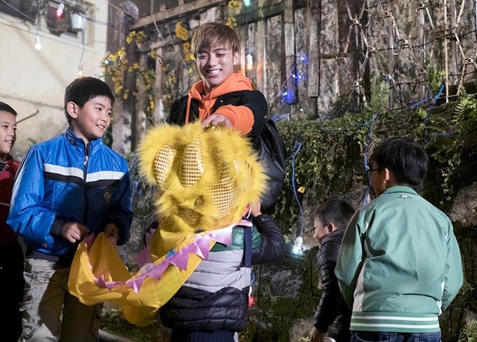 Chàng ca sĩ quyết định không chạy show dịp Tết Nguyên đán năm nay để về sum họp cùng bố mẹ.