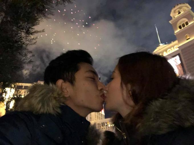 Khánh Thi và Phan Hiển lại trao nhau nụ hôn ngọt ngào dưới màn pháo hoa rực rỡ ở Mỹ.
