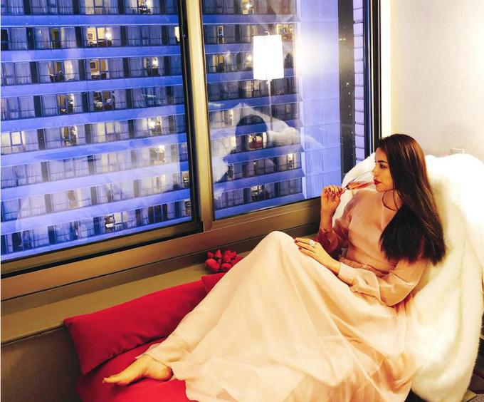 Phạm Hương thưởng thức ly rượu vang, ngắm New York từ trên cao trong đêm Giao thừa.