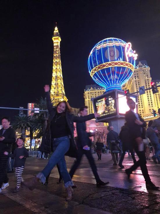 Khánh Thi để lộ vòng hai lùm lùm khi chia sẻ hình ảnh đi du lịch ở Mỹ.