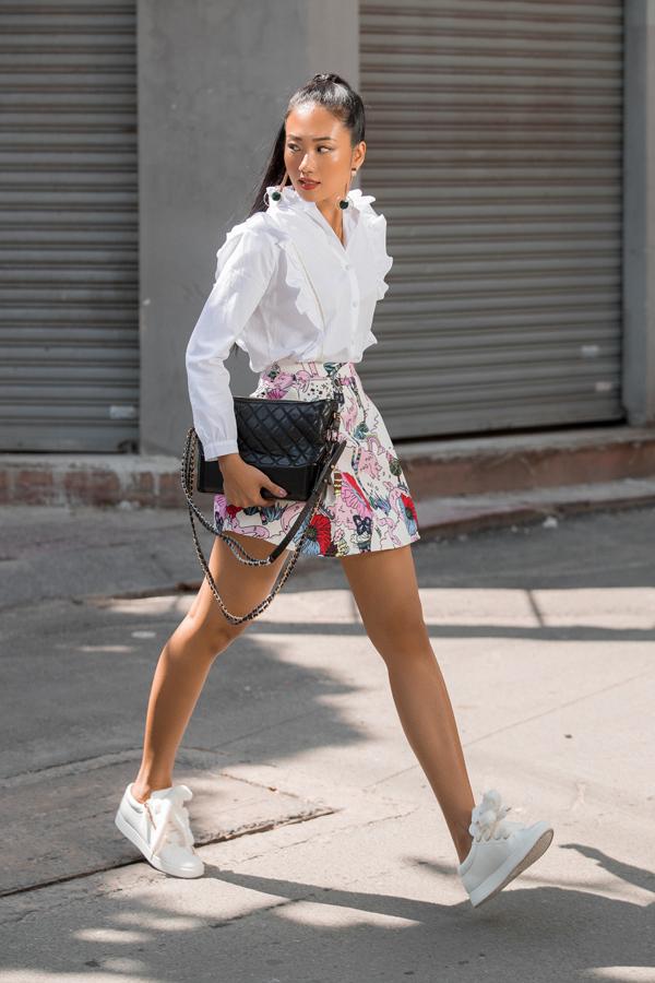 Trang phục dáng ngắn với các kiểu váy giả vest, chân váy chữ A, váy sơ mi sẽ giúp các cô nàng có chiều cao khiêm tốn trở nên thanh mảnh hơn.