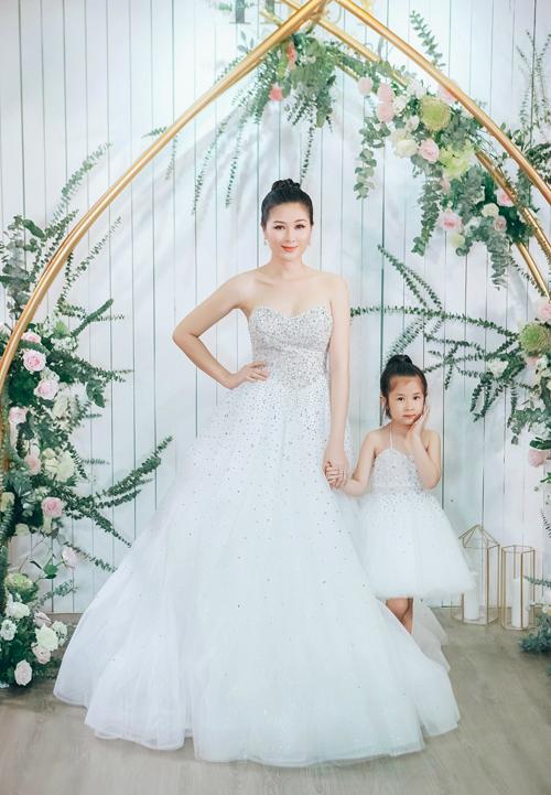 Hai mẹ con Mạc Anh Thư diện váy đôi đính pha lê và chân váy bồng bềnh như những đám mây. Mẫu váy cúp ngực trái tim khoe khéo vòng một của cựu người mẫu.