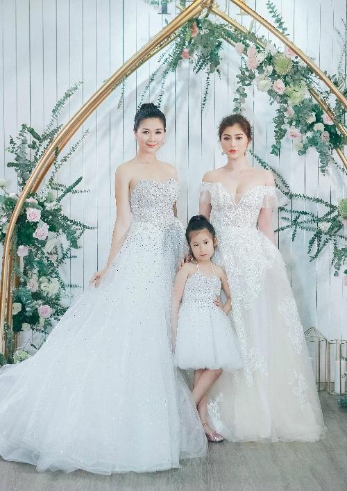 Tham dự buổi tiệc đầu năm của chuyên gia trang điểm và thiết kế váy cưới Vĩnh Thụy, bà xã diễn viên Huy Khánh và người mẫu, diễn viên Thanh Trúc được dịp hóa thân thành các nàng dâu sành điệu với những thiết kế váy cưới tối giản.