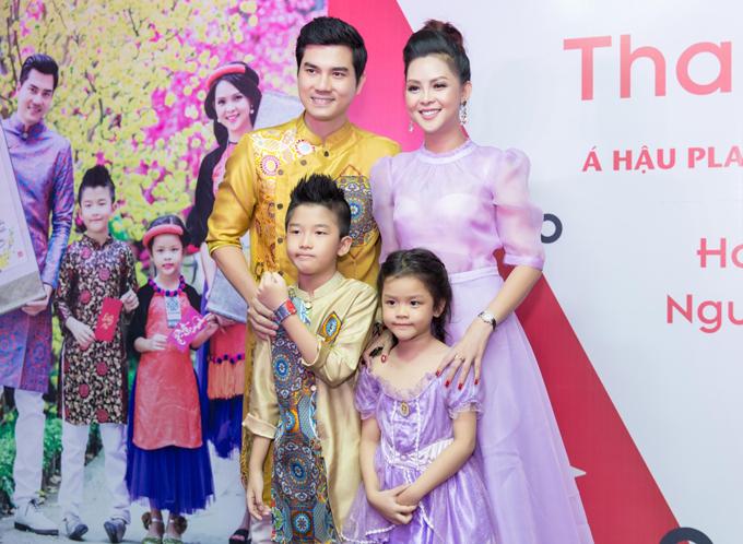 Thành Được diện áo dài ton-sur-ton với con trai còn vợ anh - Á hậu Quý bà Hành tinh Trần Vân Anh mặc váy tím điệu đà giống con gái.