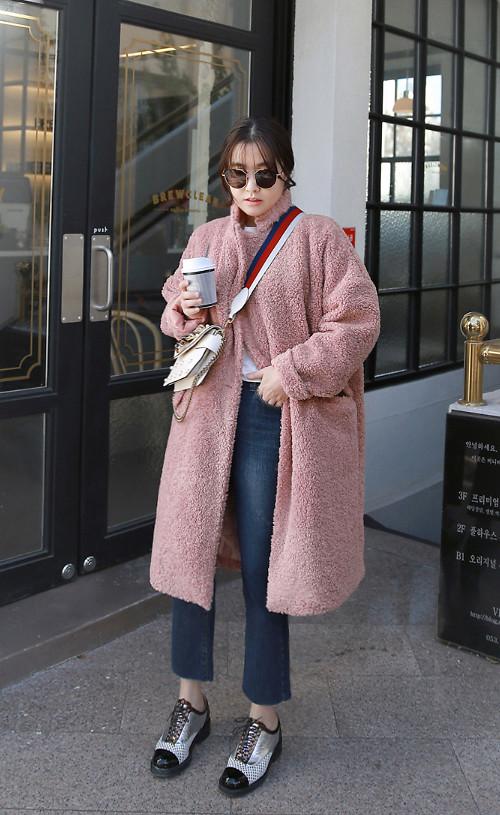 Áo khoác tông hồng với nhiều sắc độ của màu hồng nude, hồng dâu, hồng cánh sen nhạt là những món đồgiúp các bạn gái tôn làn da sáng. Phối hợp cùng tông màu đầy nữ tính là là trang phục trắng, đen.