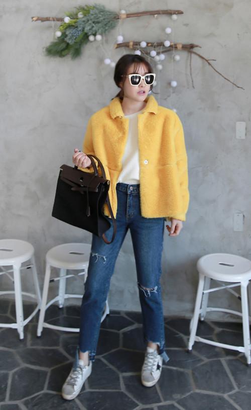 Áo khoác tông vàng mơ dễ dàng mang đến nét thanh lịch cho người mặc khi được kết hợp cùng áo thun trắng, jean xanh cổ điển và giày thể thao.