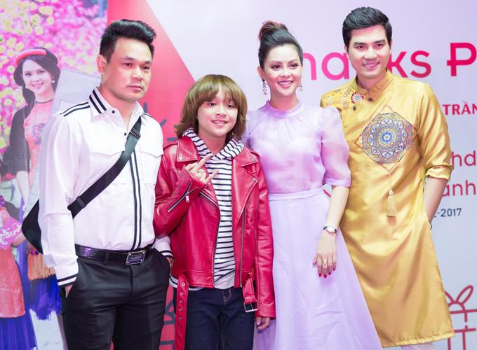 Quán quân Vietnam Idol Kids Thiên Khôi đi tiệc cùng bố.