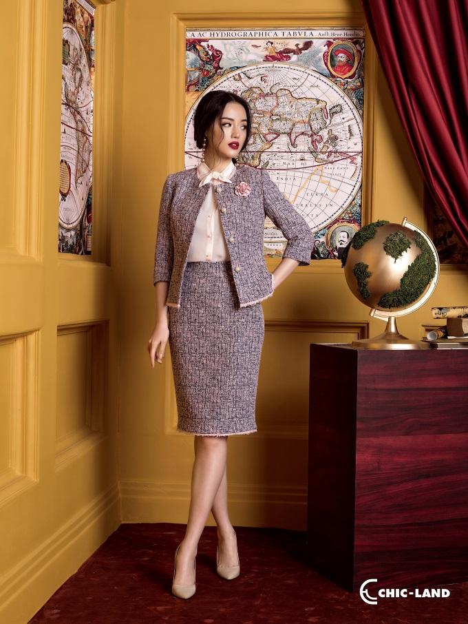 Các thiết kế trong bộ sưu tập lần này là sự tổng hòa của nét đẹp cổ điển đếntừ chất liệu và nét đẹp hiện đại đến từ kiểu dáng thanh lịch.