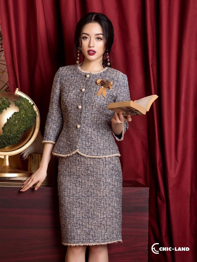 Chất liệu tweed được sử dụng rộng rãi trong những thiết kế áo vest, chân váy, hay đầm tinh tế, nữ tính.