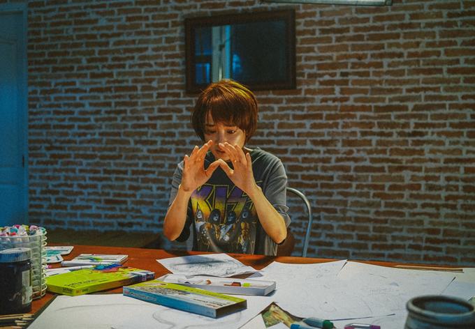Cảnh quay hé lộ nhân vật của cô là một họa sĩ trẻ với diễn biến nội tâm phức tạp.