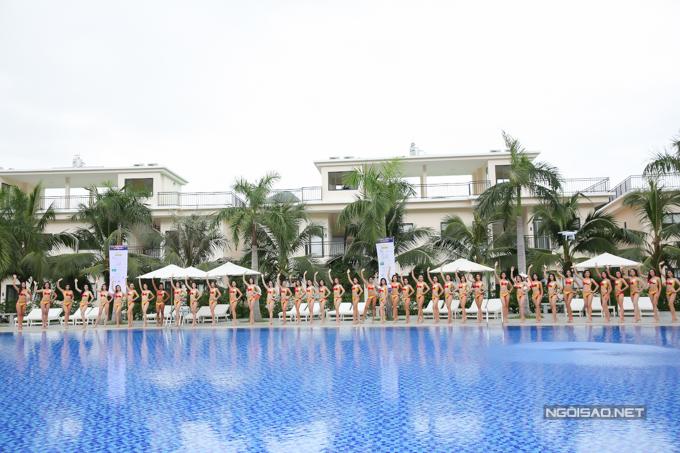 42 thí sinh trong phần thi Người đẹp biển.