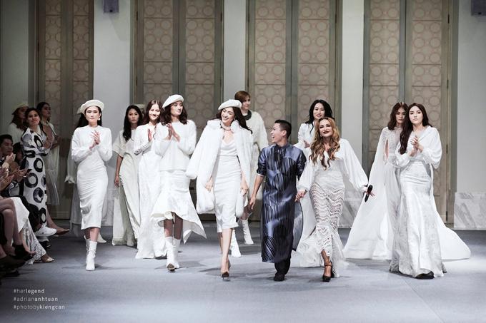 Sử dụng tông trắng làm chủ đạo, nhà thiết kế đã khéo léo bài trí sàn catwalk cho buổi trình diễn bộ sưu tập thu đông theo đúng tinh thần sang trọng, ấm cúng và không kém phần lung linh bởi cách bố trí dàn đèn theo chuẩn runway thế giới.