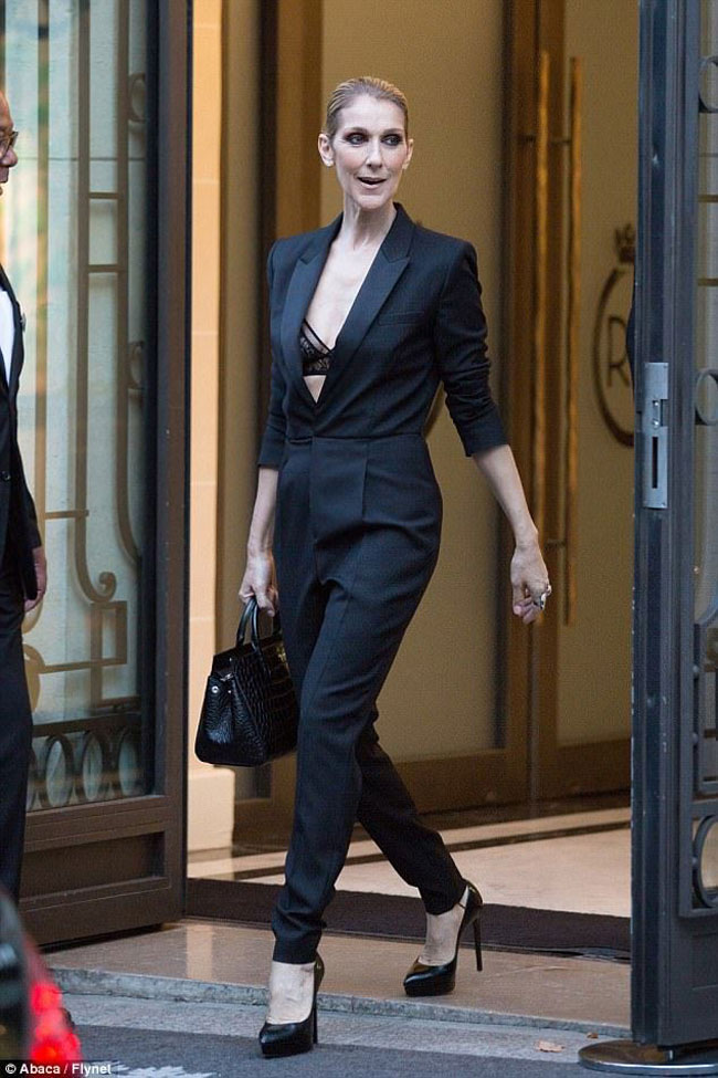 Giọng ca The Power Of Love toát lên vẻ sang trọng, quyến rũ trong bộ jumpsuit đen của Saint Laurent.