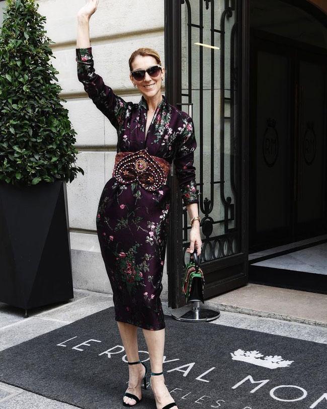 Bộ đầm lụa màu tím sang trọng nữ ca sĩ diện khi rời khách sạn Royal Monceau ở Paris hồi tháng 7 được mix ăn ý cùng túi xách Gucci, sandals cao gót và kính mắt mèo bản to.