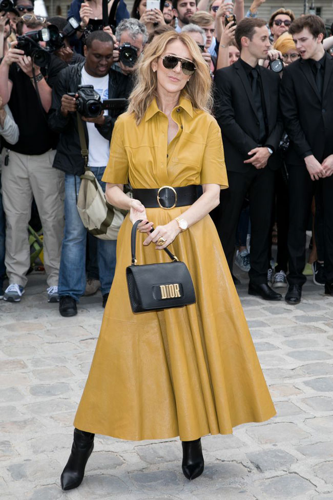 Đầm chất liệu da cổ điển màu vàng mustard giúp người đẹp trở thành tâm điểm của báo giới tại tuần lễ thời trang Haute Couture ở Paris hồi tháng 7.