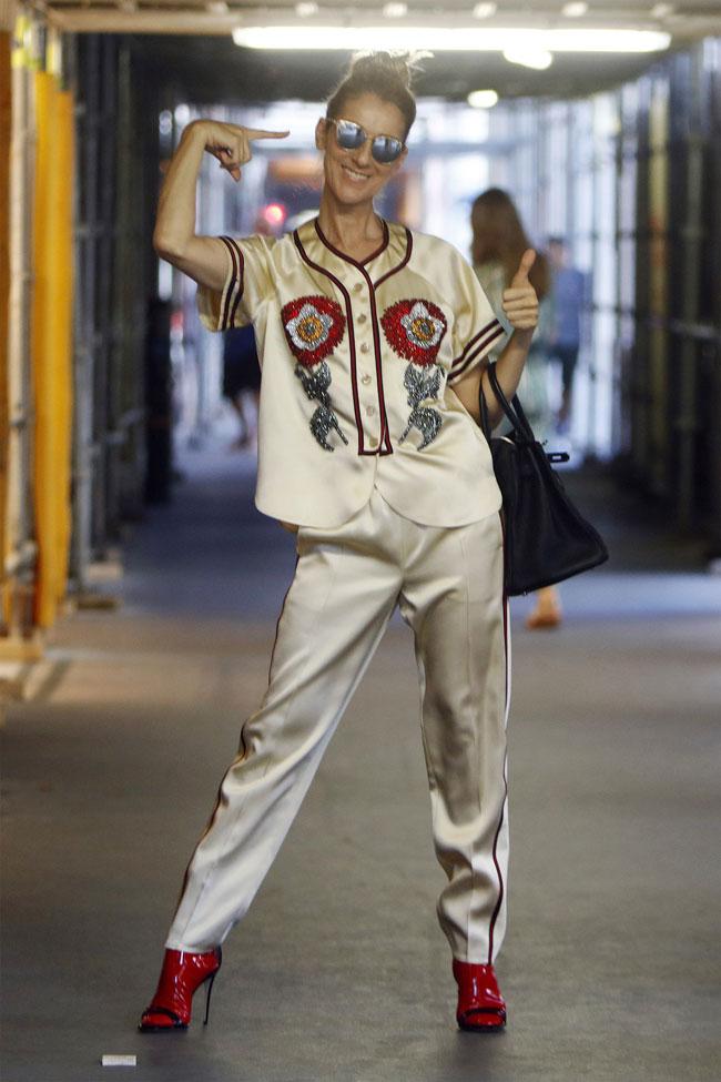 Ca sĩ 49 tuổi trẻ trung trong bộ đồ thêu họa tiết của Gucci và túi xách Hermes màu đen. Kể từ khi hợp tác với Roach, trang phục của cô màu mè, bắt mắt hơn.
