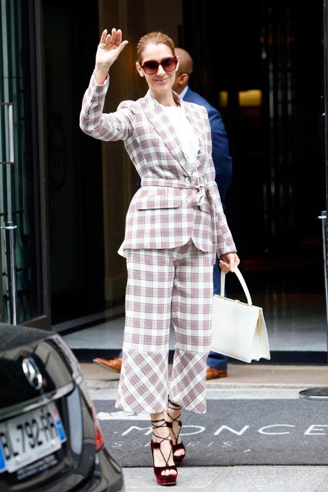 Celine Dion diện bộ suit họa tiết tartan từ thương hiệu Antonio Berardi. Kính mắt oversized được mix ton sur ton với cao gót đan dây.