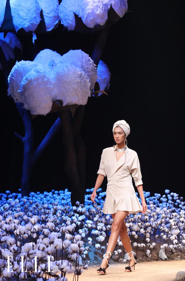 Sân khấu được thiết kế với cánh đồng hoa bông trắng xóa, uốn lượn quanh co theo con đường mòn - chính là sàn catwalk. Để tạo nên không gian này, êkíp chương trình đã phải dùng tới 10.300 bông hoa, 4.000 cành cây, trong đó có 8 cây bông khổng lồ và 30 người thợ làm việc liên tục ngày đêm.