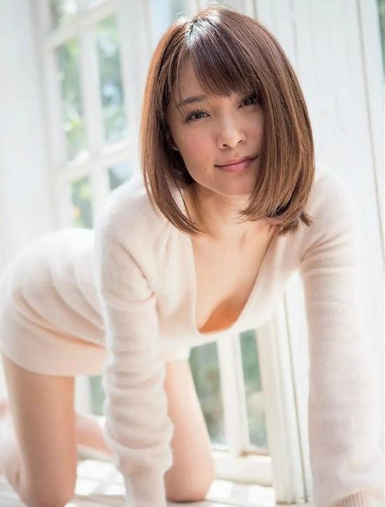 Mihiro từ một người mẫu lấn sân sang đóng phim AV năm 2005, sau đó trở nên nổi tiếng. Cô hoạt động trong địa hạt này khoảng 5 năm, sau đó từ giã công việc này và chuyển sang đóng phim chính chuyên. Năm 2015, cô bất ngờ thông báo trên trang cá nhân rằng mình đã kết hôn và có con.