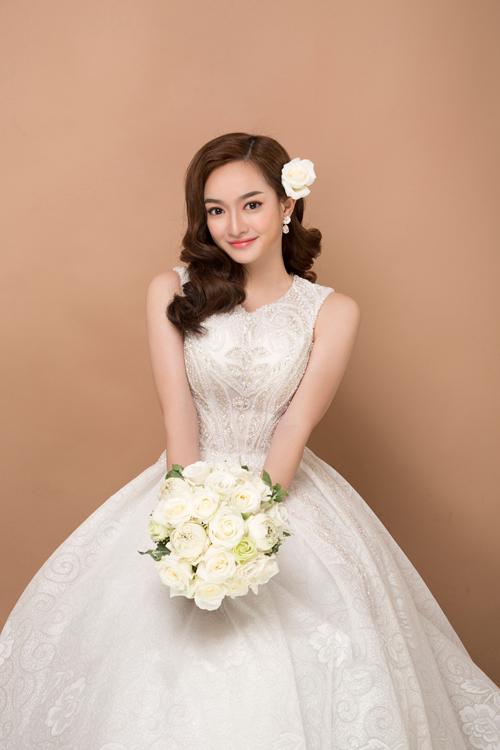 Son môi và phấn mắt tiệp màu hồng cam giúp khuôn mặt cô dâu trở nên tươi tắn, giàu sức sống, phù hợp với ngày trọng đại.