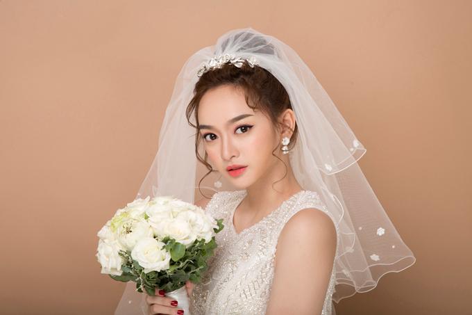 Bộ ảnh do chuyên gia trang điểm Hồ Khanh, làm tóc Tạ Phi Toàn, photo Trần Việt và retouch Phạm Đúng hỗ trợ thực hiện.