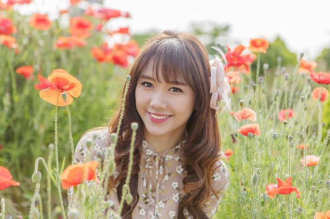 Hariwon hoá thân thành cô gái thôn quê, lạc giữa rừng hoa.