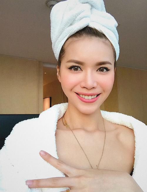 Minh Tú chia sẻ: Nụ cười là đường cong đẹp nhất của phụ nữ. Có phải quá lâu không đi biển nên bánh gạo thế này không.