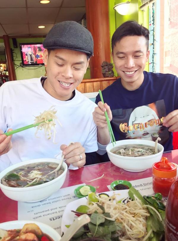Cặp đôi thưởng thức món phở Việt trên đất Canada.