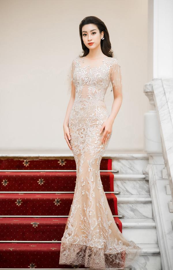 Hoa hậu VN 2016 Đỗ Mỹ Linh chọn váy đuôi cá ôm sát đường cong khi xuất hiện trong vai trò MC cho một sự kiện. Ngoài đường cắt may tinh tế tôn vẻ đẹp hình thể, họa tiết đính kết thủ công giúp người đẹp thêm phần tỏa sáng.