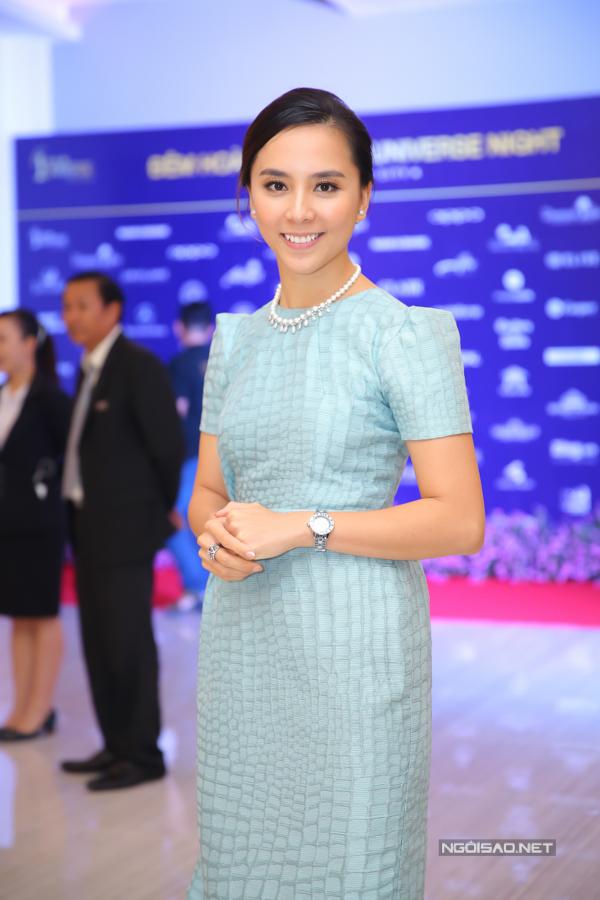 Á hậu Thiên Lý cũng có mặt trong buổi tiệc tối nay. Cô là giám đốc quốc gia của tổ chức Hoa hậu Hoàn vũ Thế giới tại Việt Nam.