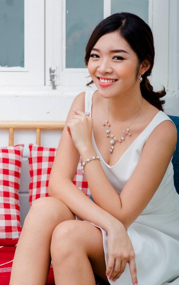 Vẫn chiếc đầm trắng dáng chữ A quen thuộc, nhưng khi kết hợp cùng vòng cổ dài với ngọc trai được đính kết cầu kỳ lại tạo thêm vẻ duyên dáng đầy thanh lịch cho người mặc.