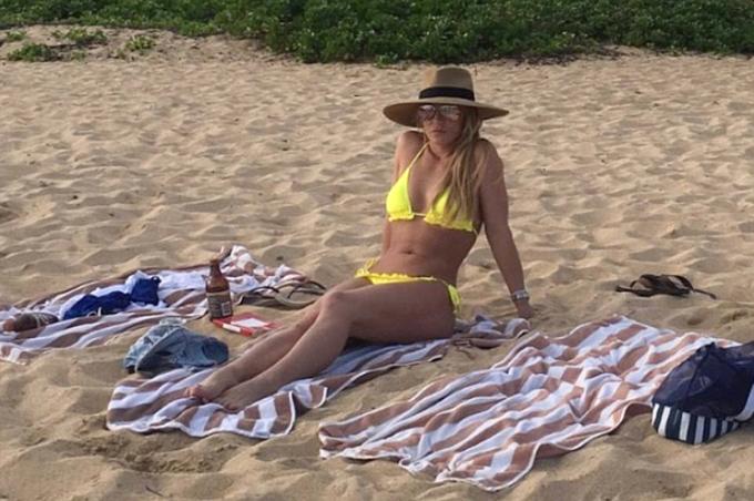 Britney chia sẻ trên trang cá nhân hình ảnh trẻ trung, gợi cảm ở bãi biển.