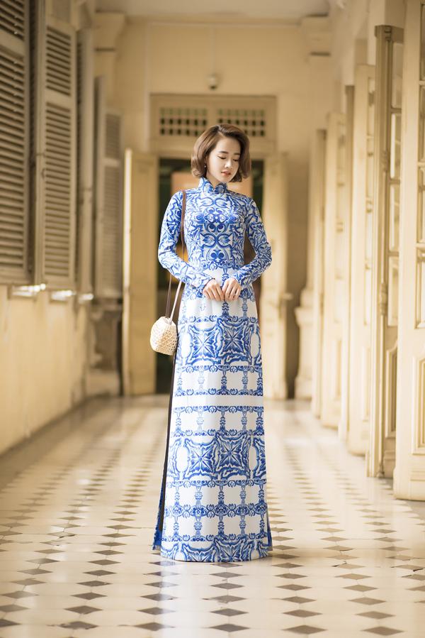 Cô thích thú hóa thân Cô Ba Sài Gòn, diện áo dài gạch bông nền nã. Đây là xu hướng hot được nhiều sao Việt ưa chuộng trong những ngày cuối năm.